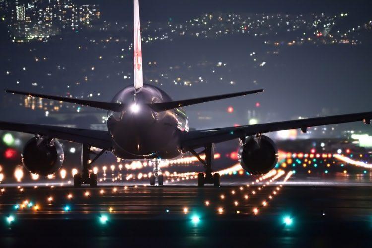Avión aterrizando de noche