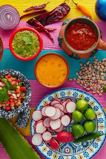 Platos con diversos guisos mexicanos