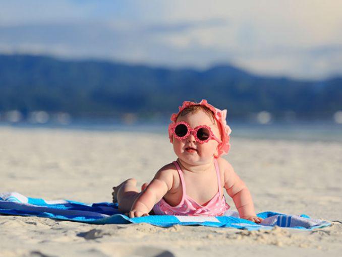Bebé recostada en la playa