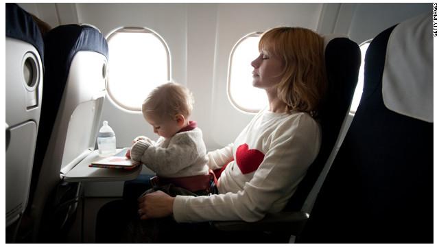 Mujer con su bebé en el avión