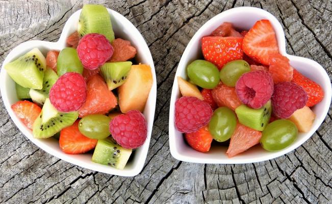 Fruta en tazones de corazón
