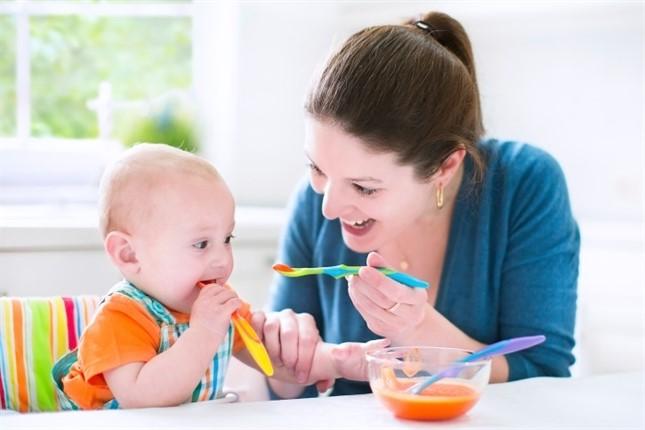 Mamá alimentando a su bebé