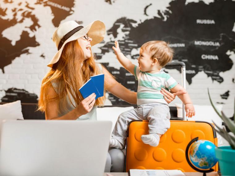 Mujer con su bebé en el aeropuerto