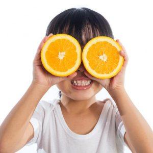 Niña con naranjas en los ojos