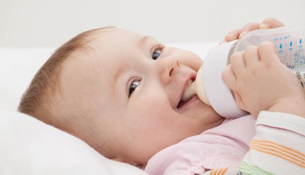 bebé tomando su biberón