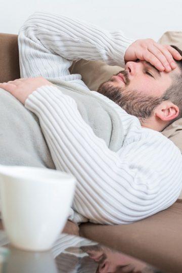 Hombre enfermo y acostado