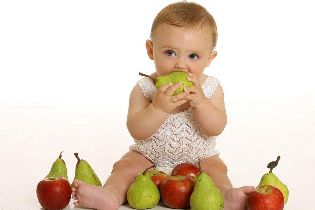 Bebé comiendo peras