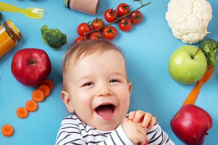 Bebé con alimentos