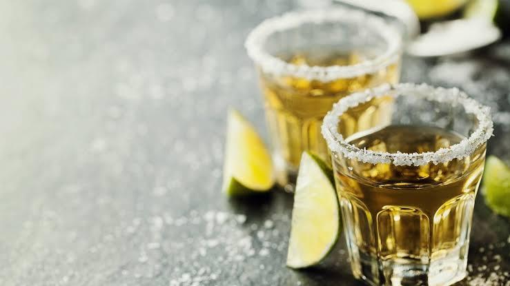 Caballitos de tequila, limón y sal