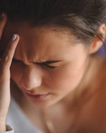 Chica con migraña