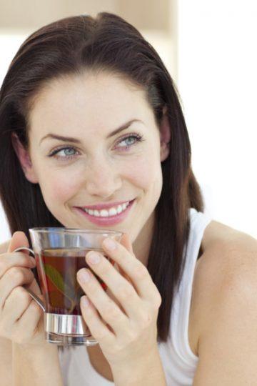 Chica con taza de té