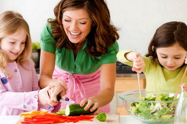Mamá e hijas cocinando