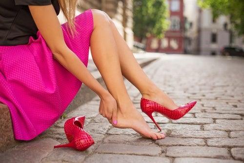 Mujer con tacones rosas