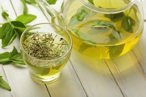 Té verde en taza y jarra