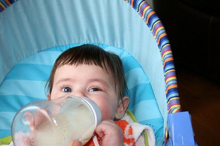bebé siendo alimentado