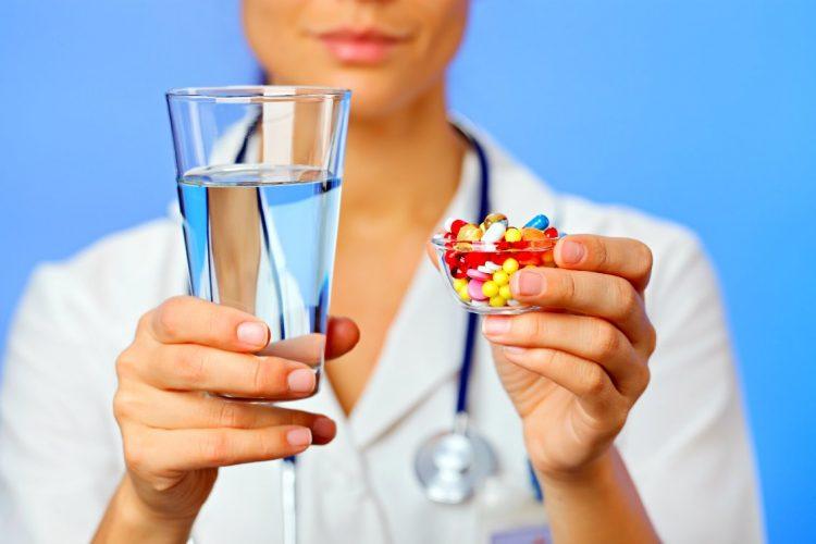 enfermera con pastillas y agua