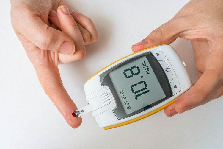 personando haciendo prueba de glucosa
