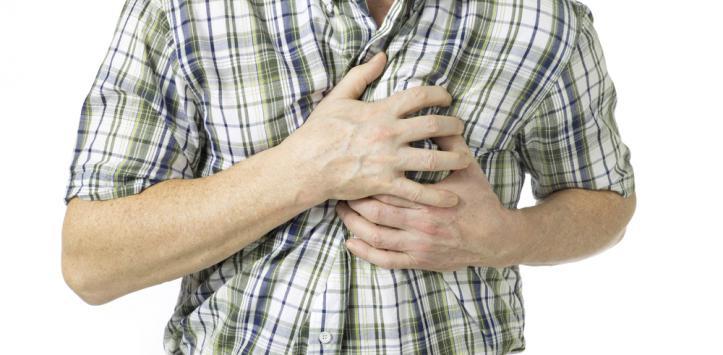 hombre con fuerte dolor en el pecho