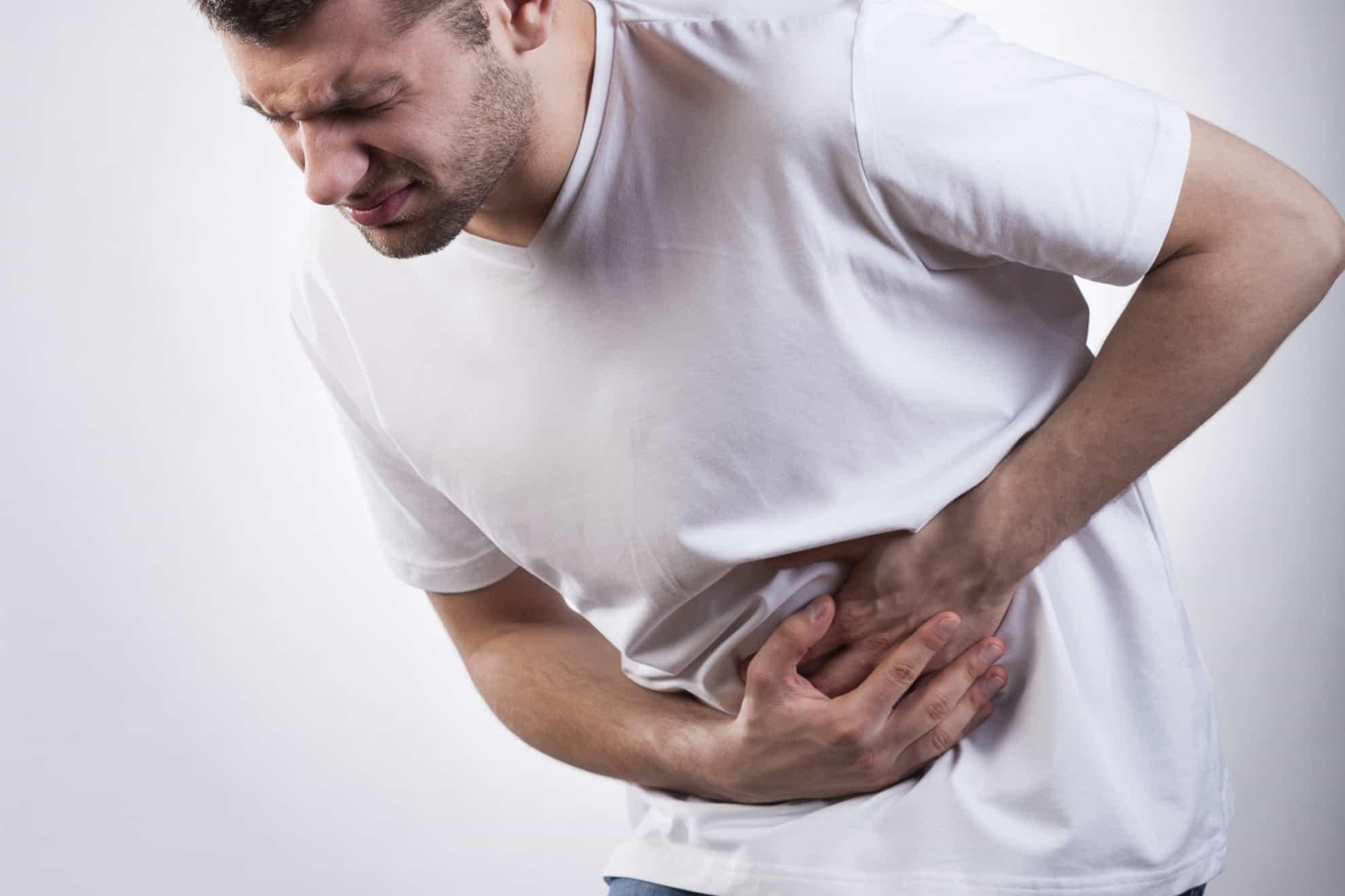 hombre con dolor en el estomago