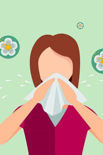 mujer con alergia a las flores