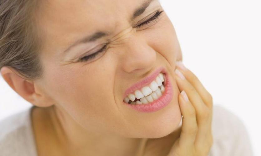 mujer con dolor de diente agudo